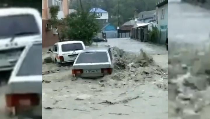 Сильный ливень превратил улицы Туапсе в реки