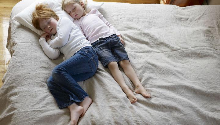 Дети спали в комнате лаборатории, которая напоминала настоящую спальню.