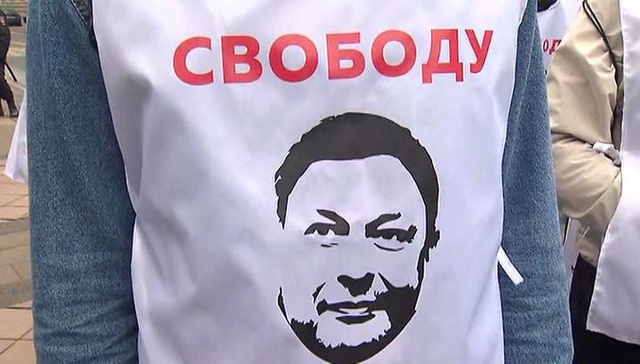"""""""Шито белыми нитками"""": в Москве идут акции в поддержку журналиста Вышинского"""
