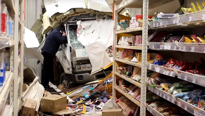 В Иркутске эвакуатор проломил стену супермаркета и въехал в торговый зал. Видео