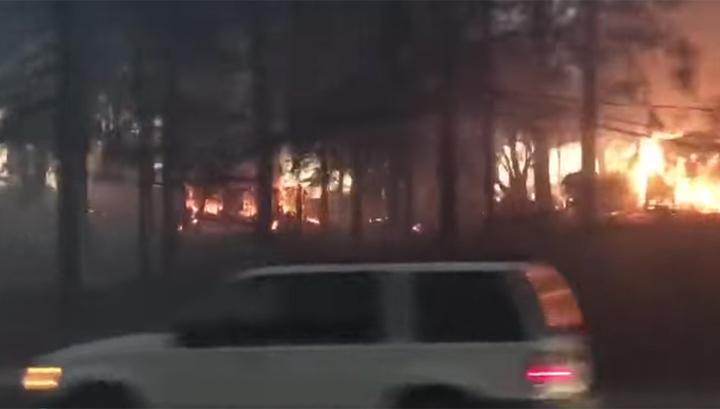 Разбушевавшийся лесной пожар спалил в американском городке более двух тысяч домов
