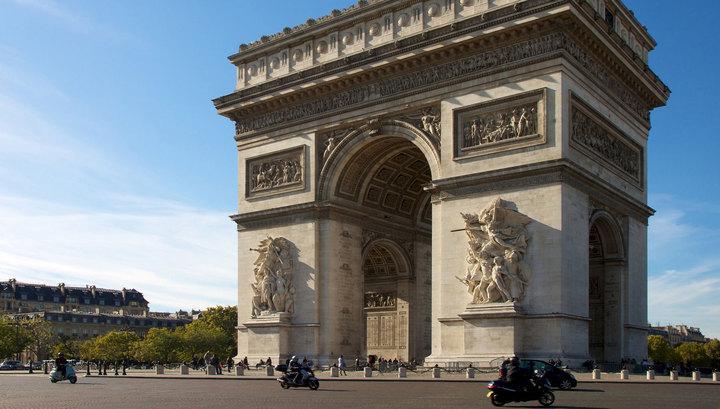 Активистки «Фемен» испугали китайских туристов у Триумфальной арки в Париже