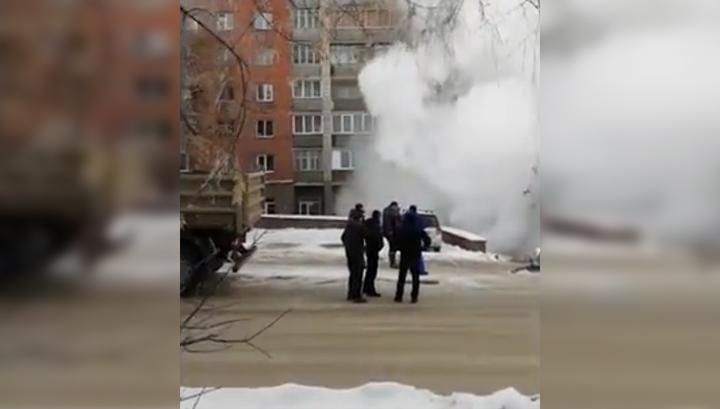 На замерзшие улицы Новосибирска хлынул кипяток. Видео