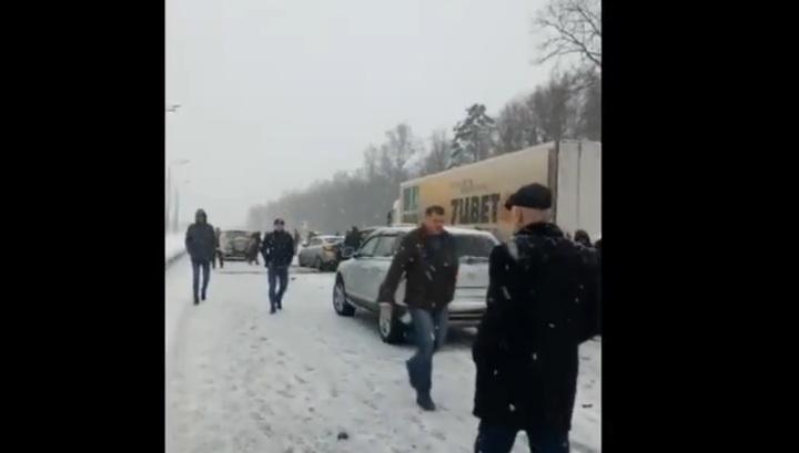 Появились кадры с места массовой аварии на заснеженной трассе М-4