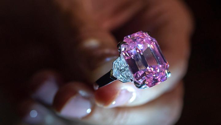 Уникальный розовый бриллиант продан за рекордную сумму