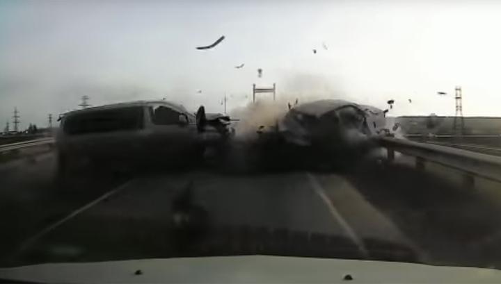 Днем на сухой дороге: микроавтобус вылетел на встречку и убил водителя легковушки. Видео