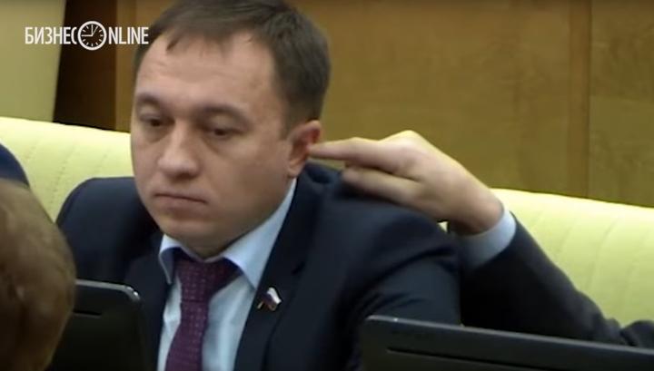 Палец в ухе депутата не интересует комиссию по этике