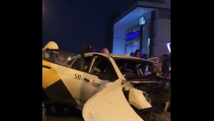 Появились кадры с места фатального ДТП с участием такси и Maybach в Москве
