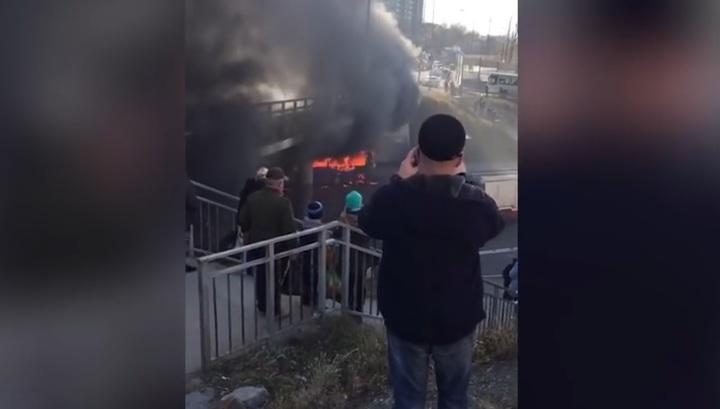 Во Владивостоке сгорел пассажирский автобус. Видео
