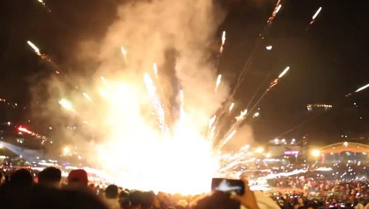 Конструкция с фейерверками упала на зрителей во время фестиваля огненных шаров. Видео