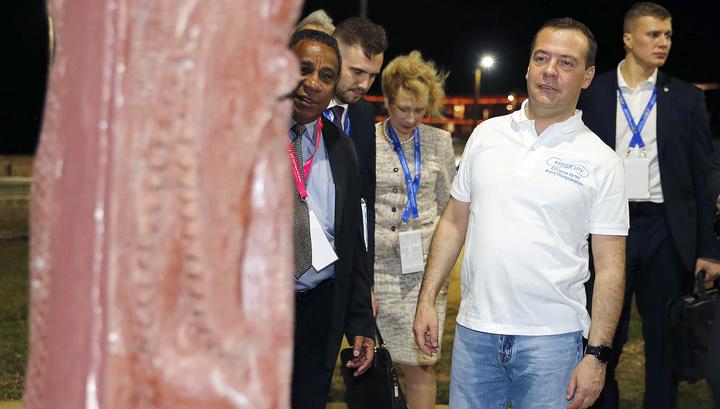 Медведев в неформальной одежде прогулялся по Порт-Морсби