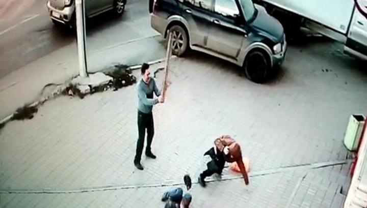 Скончался мужчина, избитый дубиной около супермаркета в Калуге. Видео