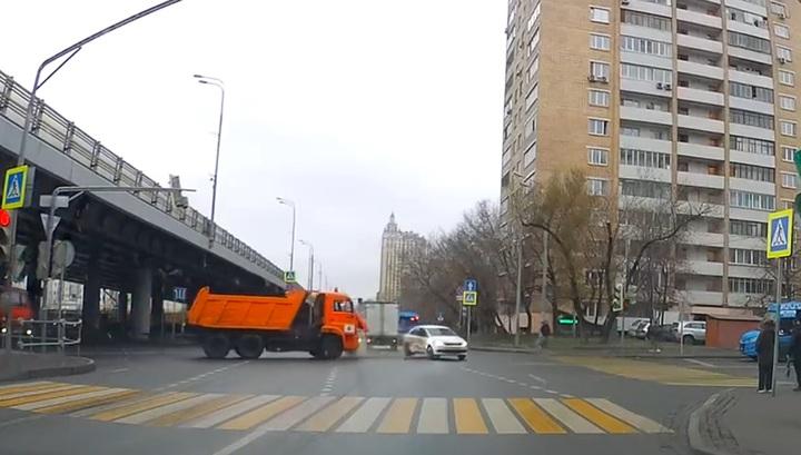 Легковое авто врезалось в маршрутку после столкновения с грузовиком в Москве. Видео