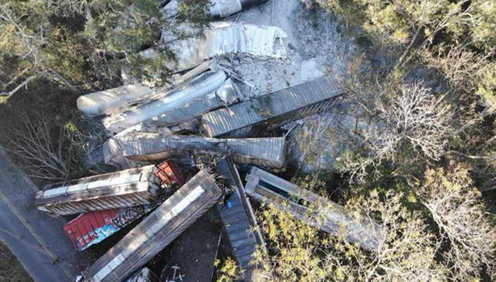 В Джорджии вагоны поезда с пропаном упали с моста на шоссе