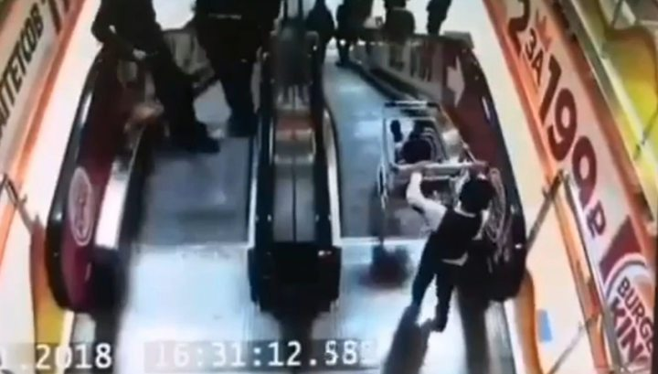 В Югре мальчик столкнул с эскалатора тележку с младшим братом