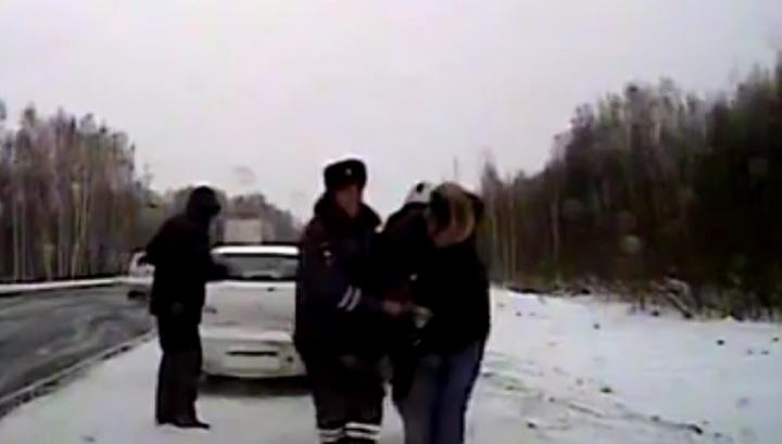 Полицейские помогли мужчине с сердечным приступом на трассе в Красноярском крае. Видео