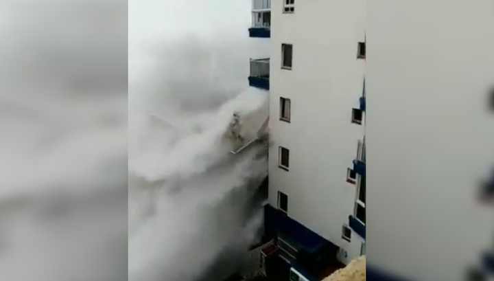 Испанский отель во время прибоя выступил в роли волнореза и лишился балконов. Видео