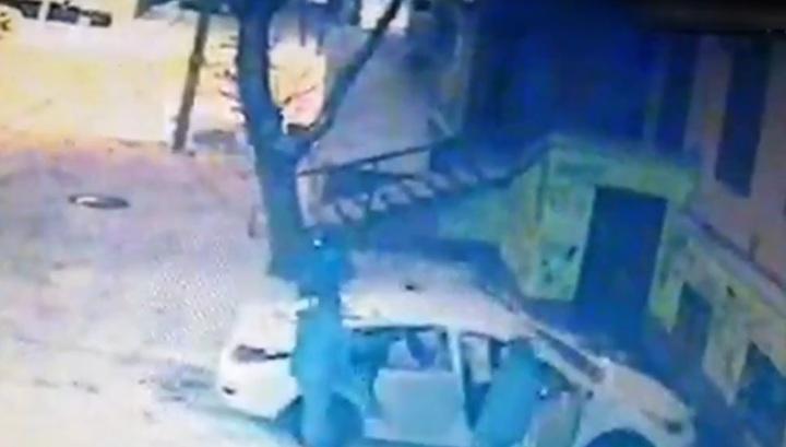 В Смоленске мужчины запихнули в машину ящик с трупом убитого собутыльника. Видео