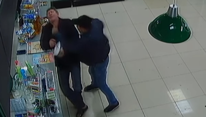 В Оренбурге пьяный мужчина одним ударом отправил собутыльника в больницу. Видео