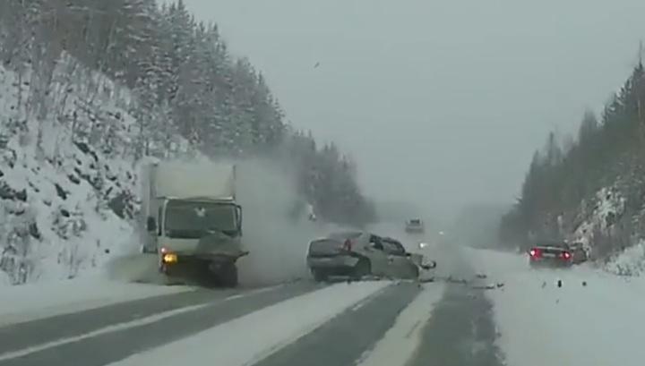 Регистратор запечатлел момент аварии в Свердловской области, где погибли отец и дочь