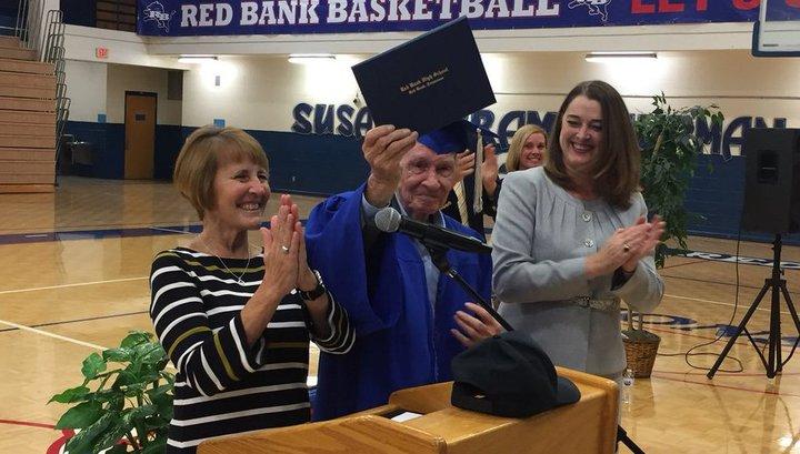 В США 93-летний ветеран Войны окончил школу