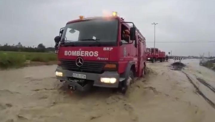 Автобус с 70 школьниками попал в грязевую ловушку из-за наводнения в Испании