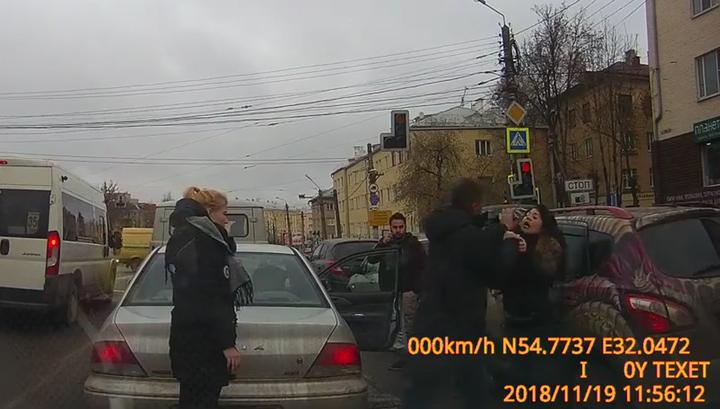 Потому что фотографировал: девушка попала в аварию и напала на очевидца. Видео