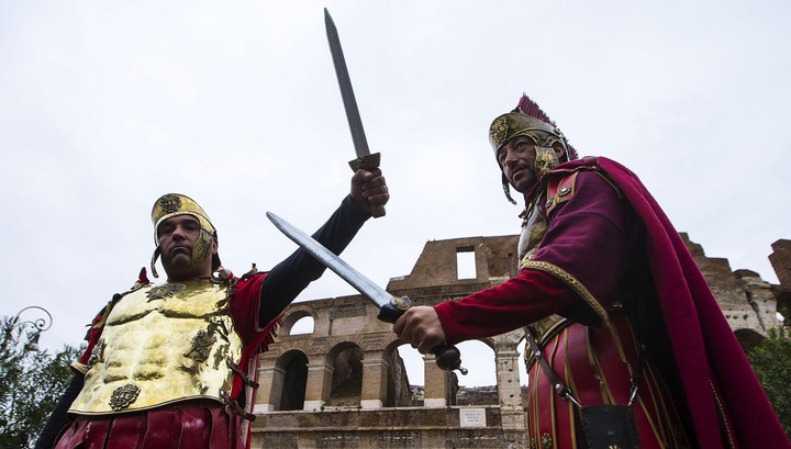 В Риме запретили выпивать ночью, купаться в фонтанах и носить костюм Цезаря