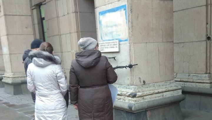 В Питере ищут вандалов, закрасивших мемориальную надпись