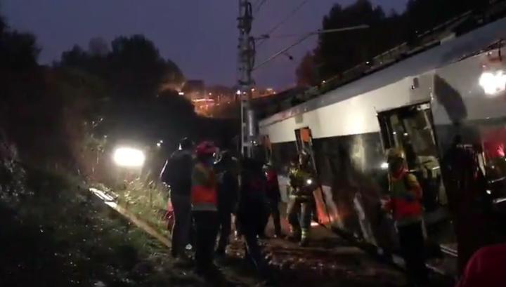 В Каталонии оползень снес с рельсов электричку