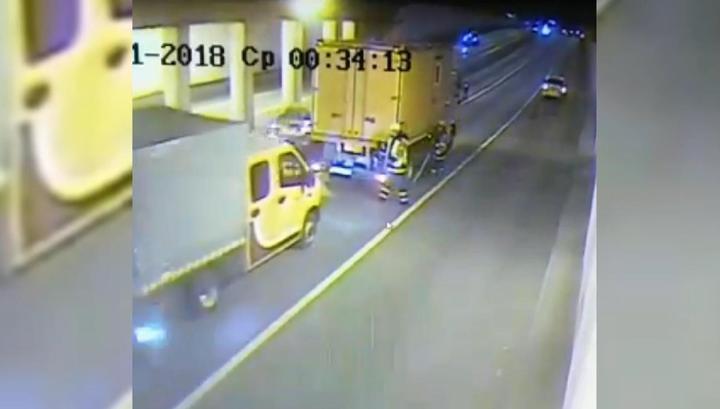 Дорожный рабочий угодил под колеса джипа после ДТП в московском тоннеле