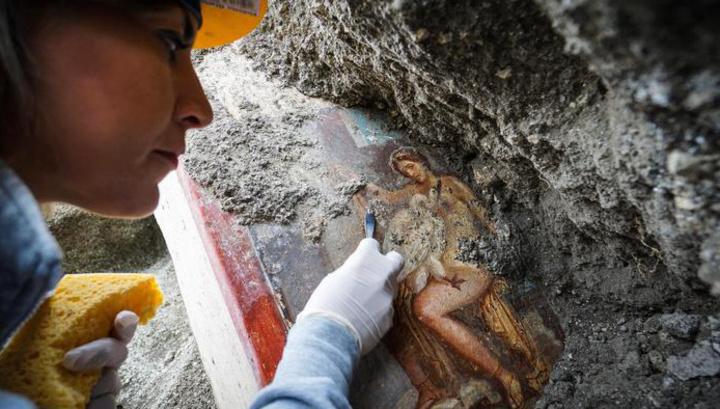 В Помпеях нашли древнюю эротическую фреску