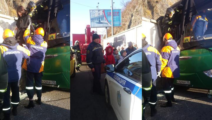 Во Владивостоке автобус с детьми въехал в бетонную стену