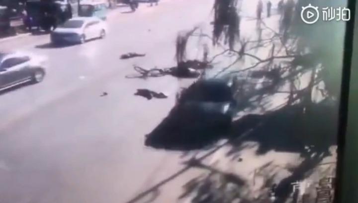 Врезавшийся в толпу китайских школьников автомобиль сняли на видео