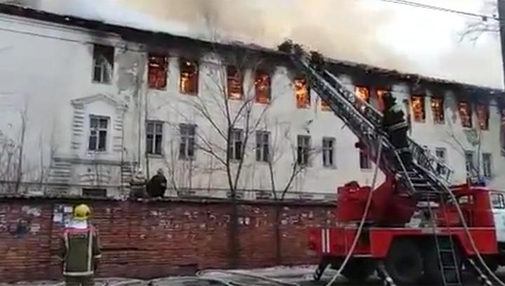 Тушение крупного пожара в заброшенной воинской части Самары попало на видео