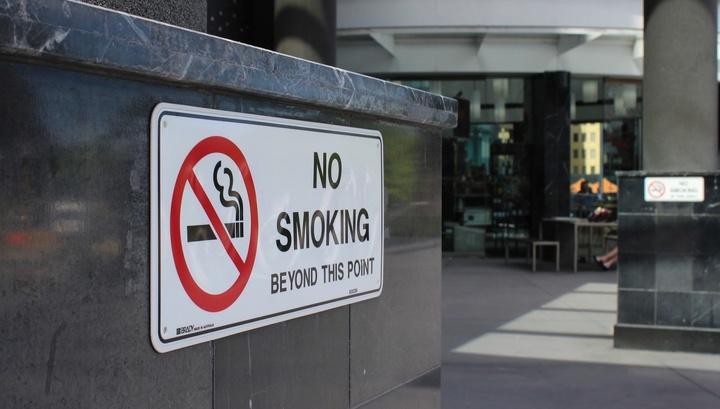 У жителей регионов, где вступил в силу заперт на курение в общественных местах, с течением времени снижается систолическое артериальное давление, а с ним и риски заполучить сердечно-сосудистые заболевания.