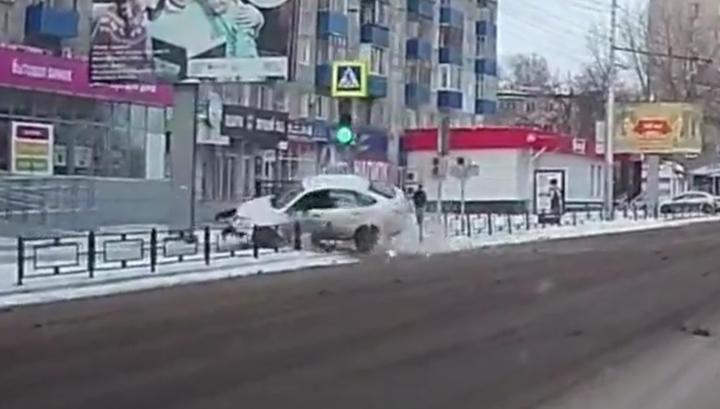 В Пензе потерявший управление автомобиль врезался в группу пешеходов. Видео