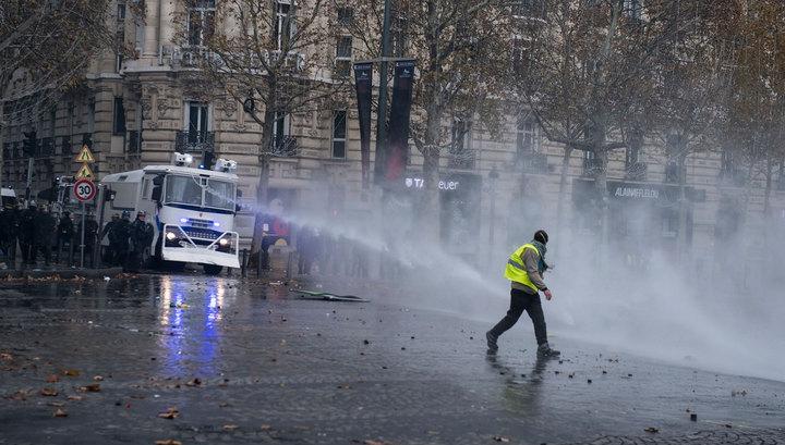 В центре Парижа тушат пожары и задерживают