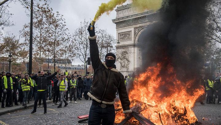 Травма головы и ожоги: журналистов RT ранили в Париже