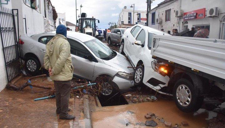 Ливень смыл машины с улиц турецкого Бодрума
