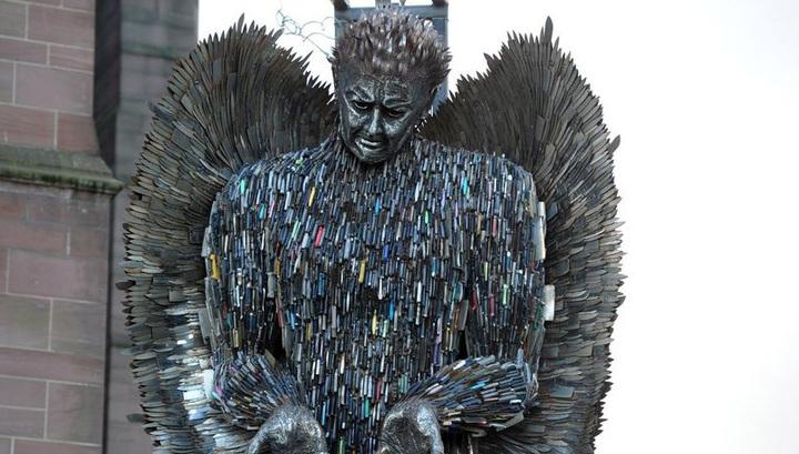 В Ливерпуле установили скульптуру ангела из 100 тысяч конфискованных ножей