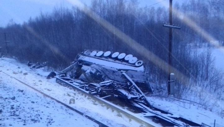 Опубликованы фото с места крушения товарного поезда в Омской области