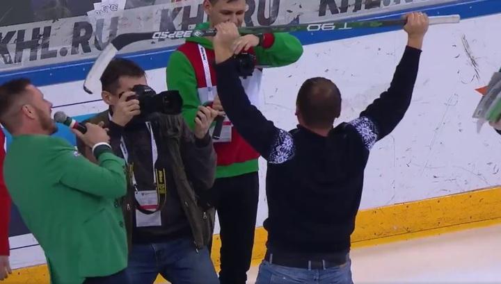"""Болельщик """"Ак Барса"""" выиграл миллион рублей, забросив шайбу через всю площадку"""