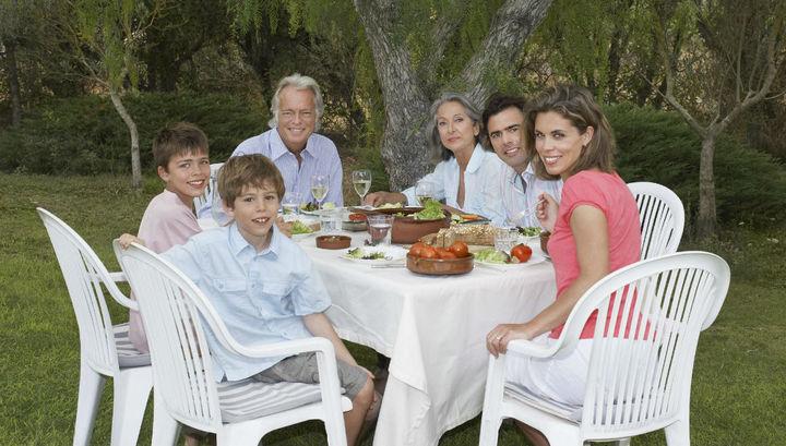 Питание за семейным столом приучает ребёнка к правильному пищевому поведению.