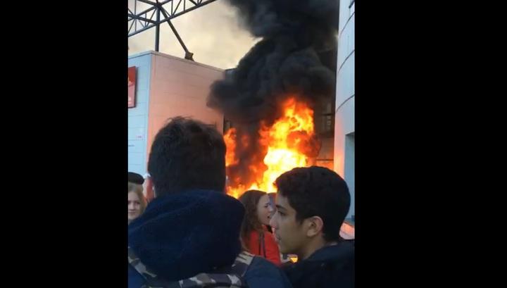 Протестующие французские старшеклассники подожгли здание школы в Тулузе. Видео