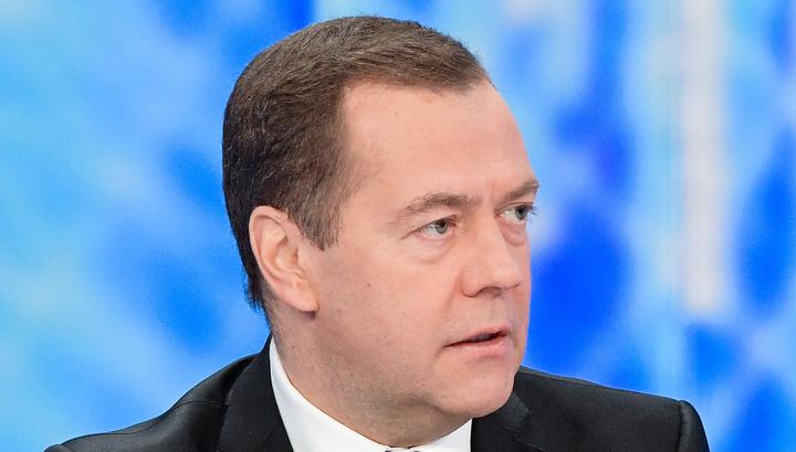 Медведев: нам выгодно платить в рублях, но отмена доллара абсурдна