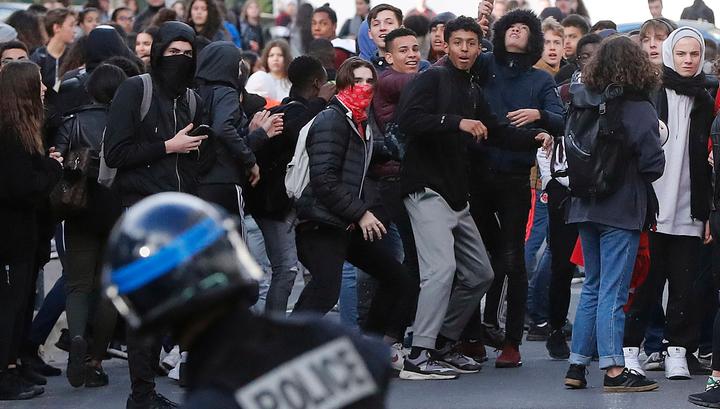 Во Франции задержаны более 700 школьников и студентов