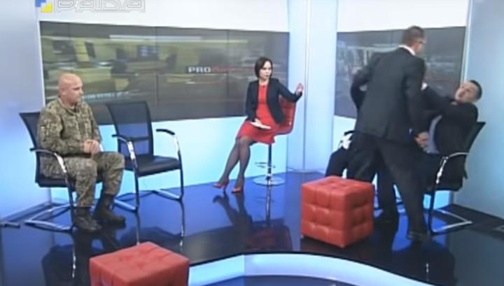 Украинские депутаты подрались в прямом эфире из-за военного положения