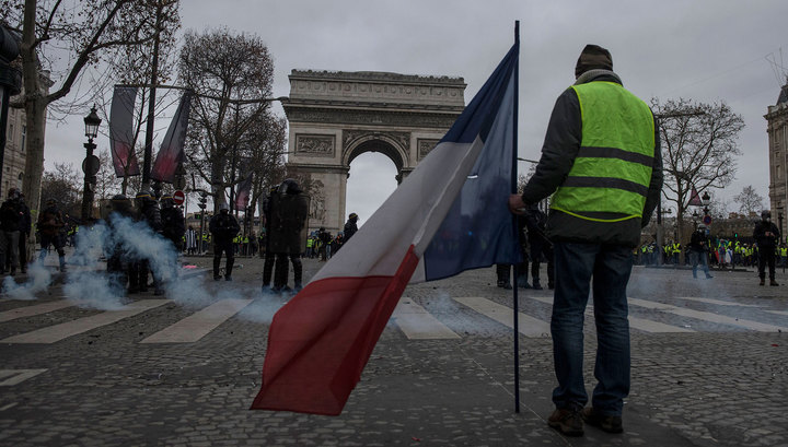"""Число задержанных во Франции в ходе протестов """"желтых жилетов"""" достигло 1726 человек"""