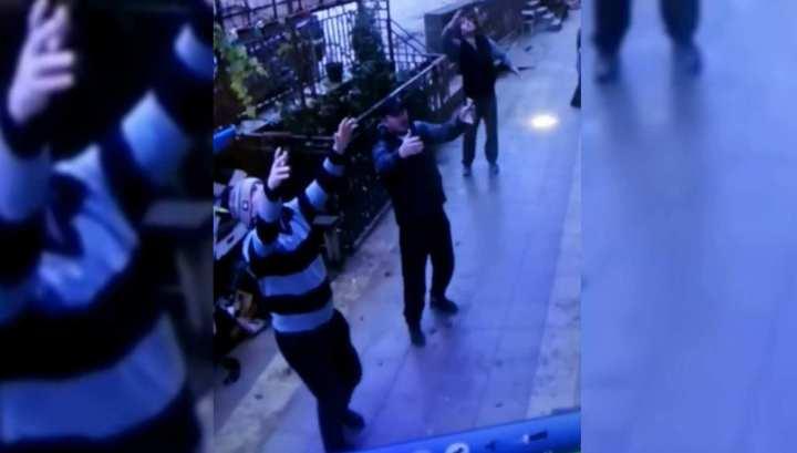 Махачкалинские водители поймали выпавшую с пятого этажа девочку